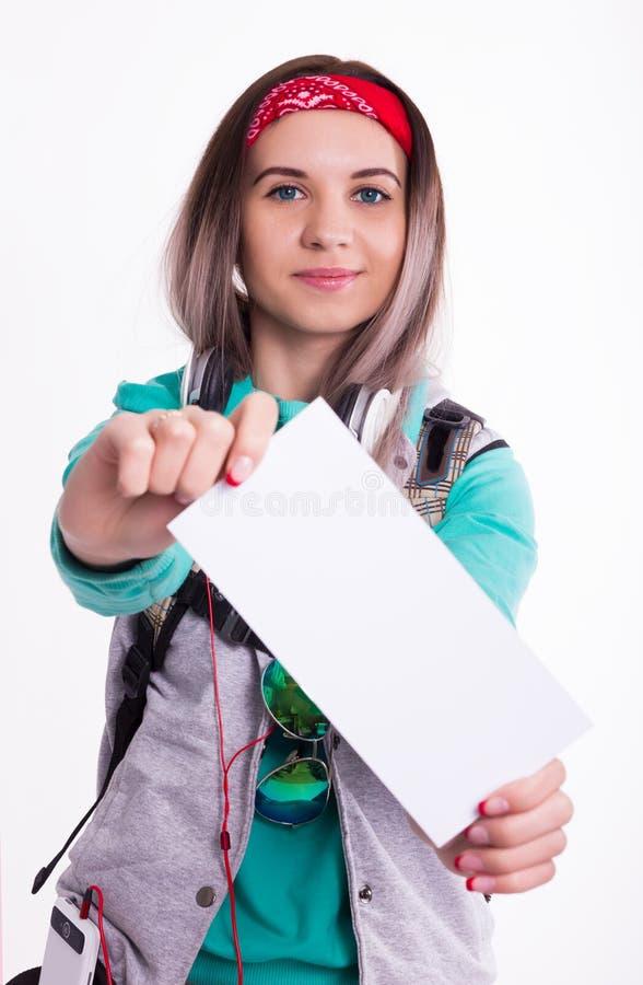 Młoda brunetka żeńskiego ucznia pozycja i słuchanie muzyka od twój przyrządu Piękny młody backpacker obrazy stock