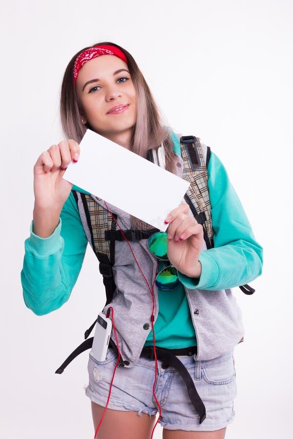 Młoda brunetka żeńskiego ucznia pozycja i słuchanie muzyka od twój przyrządu Piękny młody backpacker fotografia royalty free