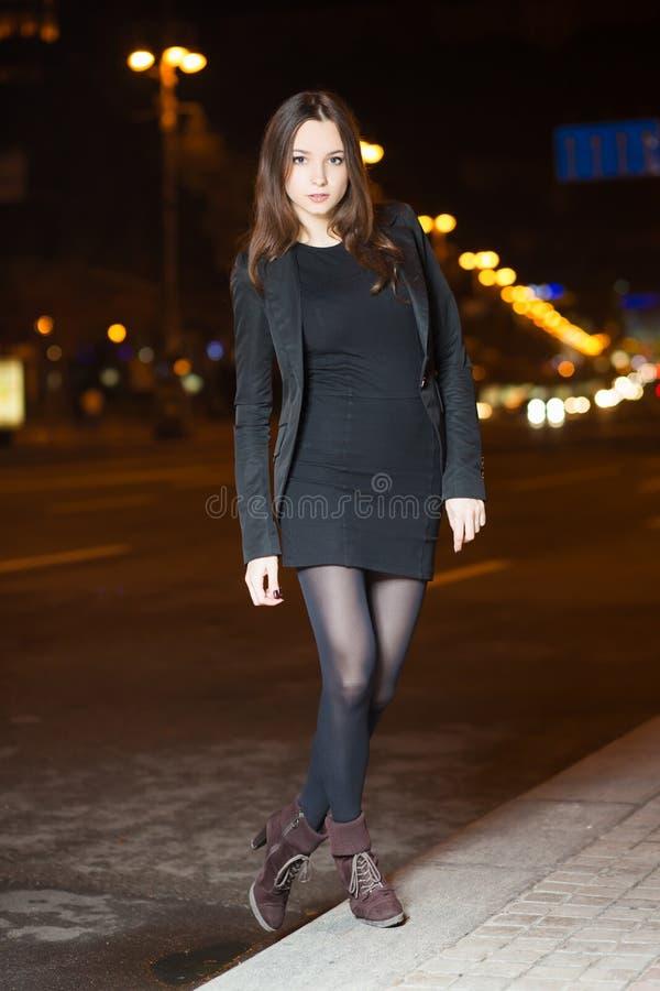 Młoda brunetka jest ubranym czerni ubrania zdjęcia royalty free