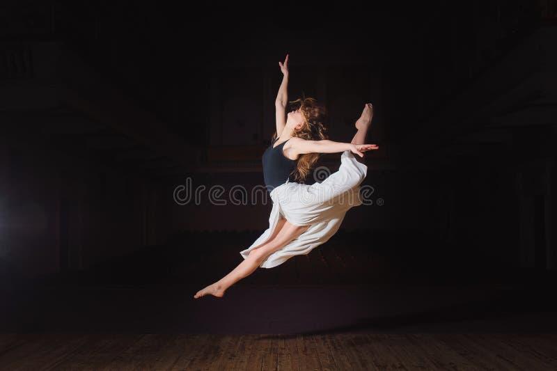 Młoda brunetka tancerza dziewczyna w rozszczepionym skoku zdjęcie royalty free