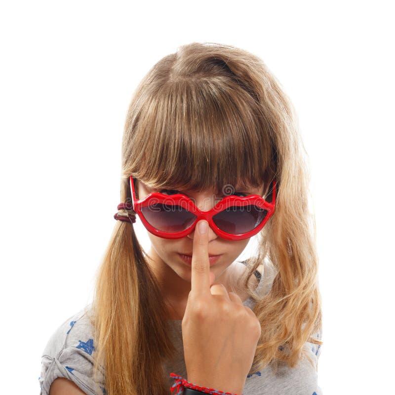 Młoda brunetka z okularami przeciwsłonecznymi zdjęcie stock