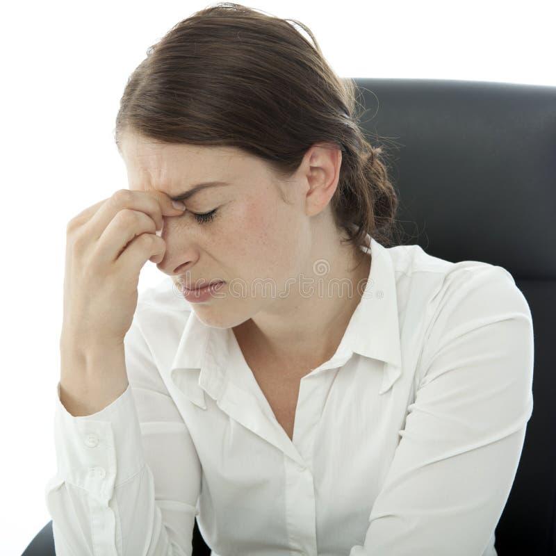 Młoda brunetki biznesowej kobiety migrena zdjęcia stock