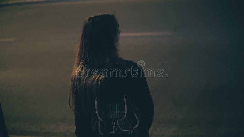Młoda brunetki kobieta przychodzi downstairs naprzeciw Colosseum w Rzym, Włochy Dziewczyny odprowadzenie w mieście póżno przy noc obrazy royalty free