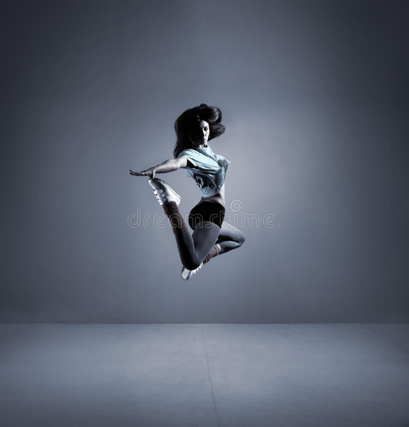 Download Młoda Brunetki Kobieta W Pięknym Skoku Zdjęcie Stock - Obraz złożonej z tło, słucha: 28962696