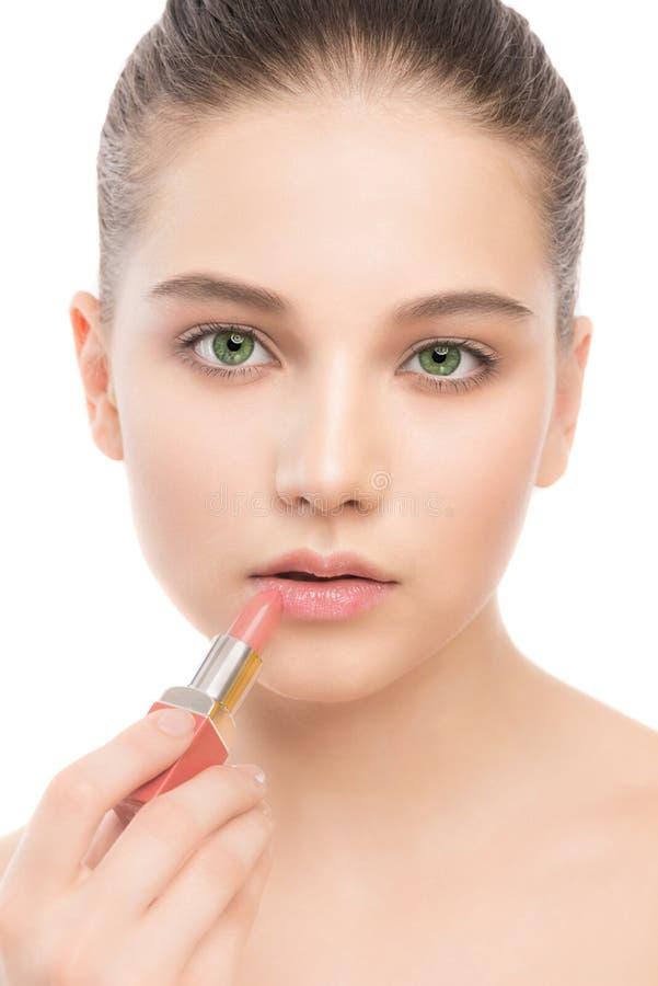 Młoda brunetki kobieta z perfect czyści twarz stosuje pomadkę odosobniony miotła biel fotografia royalty free