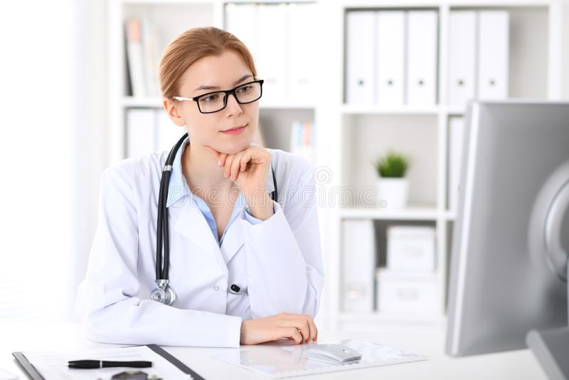 Młoda brunetki kobiety lekarka przy pracą w szpitalu Lekarz przygotowywający pomagać Medycyny i opieki zdrowotnej pojęcie fotografia stock