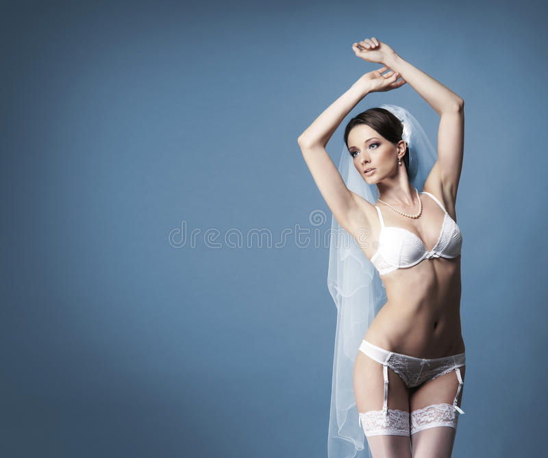 Download Młoda Brunetki Panna Młoda W Białej Erotycznej Bieliźnie Zdjęcie Stock - Obraz złożonej z fryzury, bielizna: 28962180
