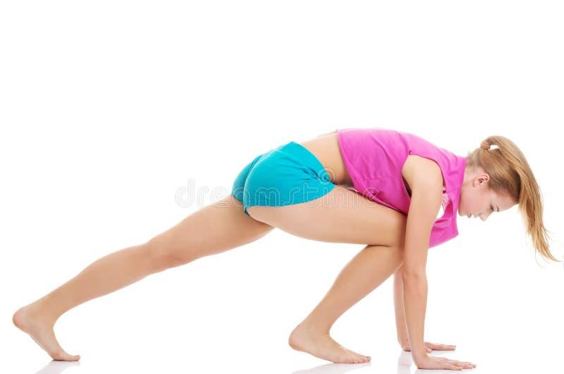 Młoda caucasian kobieta jest ćwiczyć, ono rozciąga. fotografia royalty free