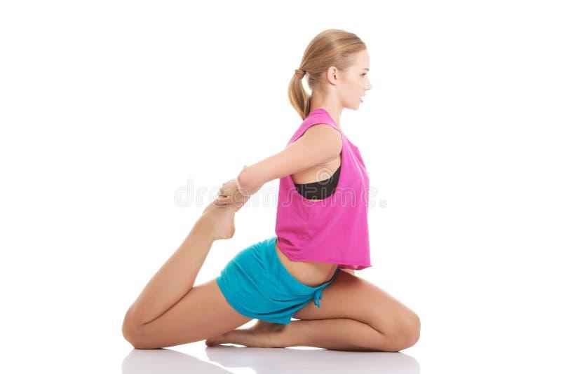 Młoda caucasian kobieta jest ćwiczyć, ono rozciąga. obrazy stock