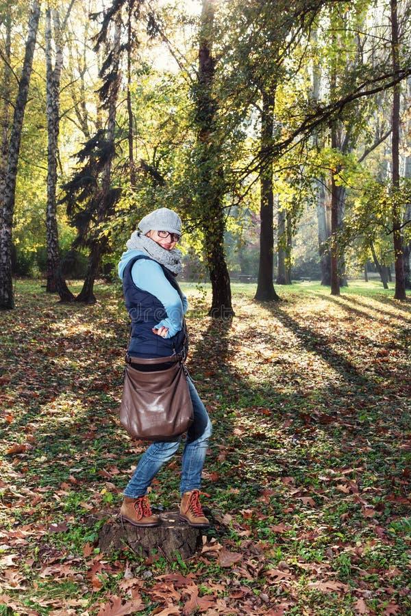 Młoda caucasian kobieta pozuje w jesieni miasta parku fotografia stock