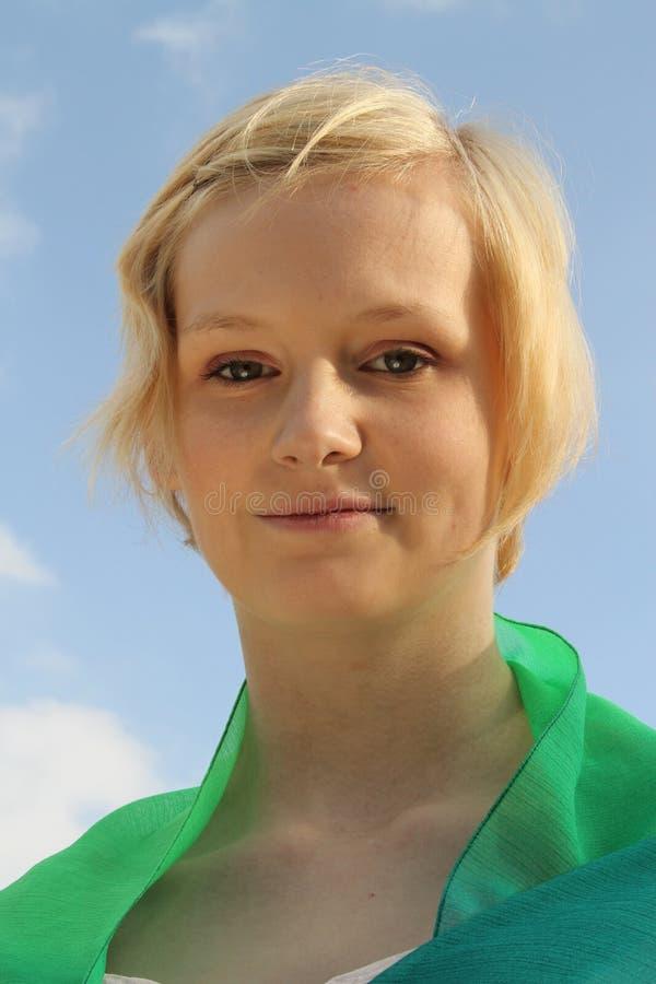 Młoda caucasian kobieta przeciw jaskrawemu niebieskiemu niebu zdjęcia stock