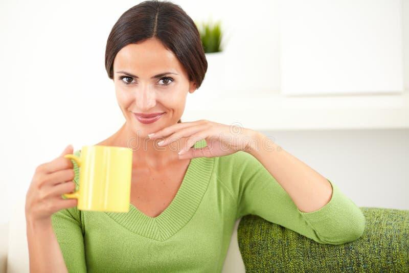 Download Młoda Caucasian Kobieta Trzyma żółtego Kubek Zdjęcie Stock - Obraz złożonej z mienie, piękny: 53788336