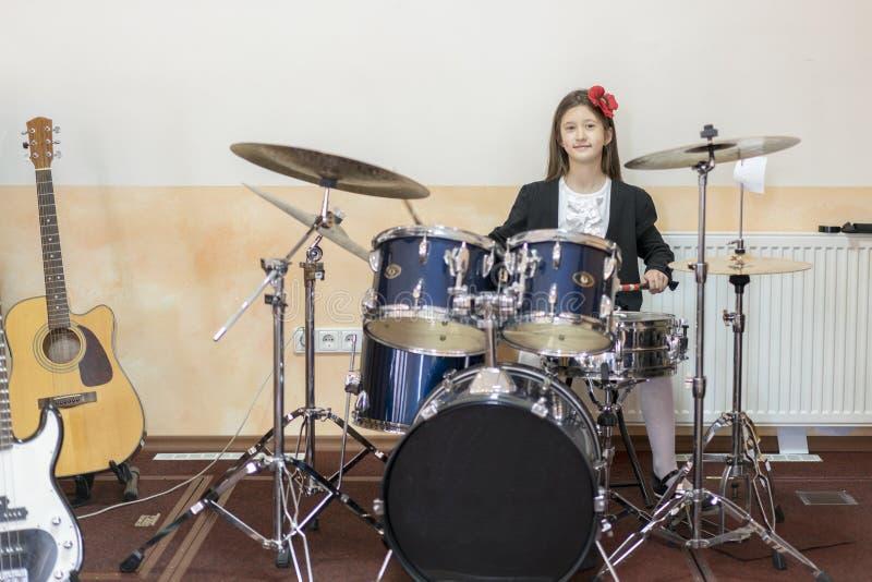 młoda caucasian nastoletnia dziewczyna bawić się bębeny dziewczyna bawić się bębenu set zdjęcia royalty free
