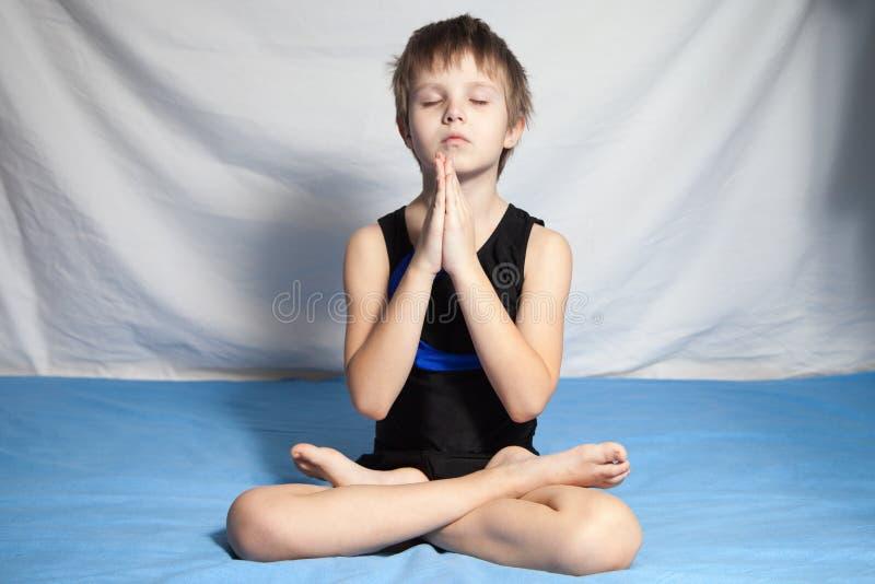 Młoda chłopiec ćwiczy joga fotografia stock