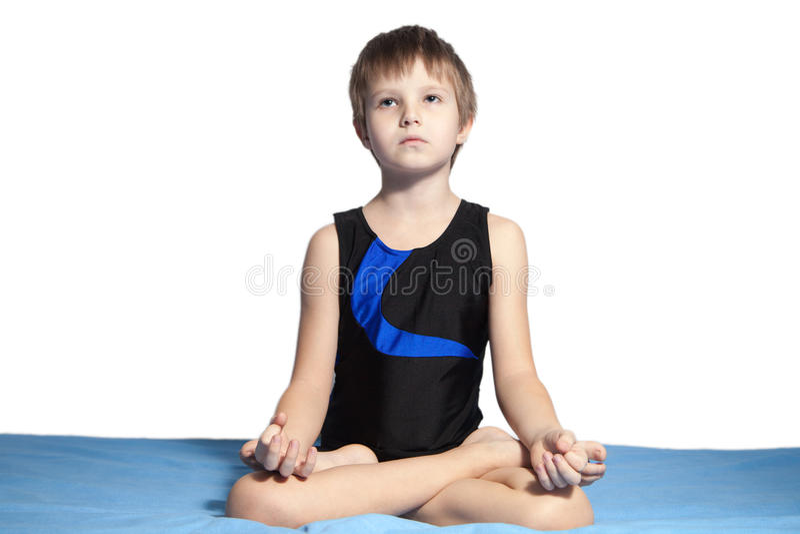 Młoda chłopiec ćwiczy joga obrazy stock