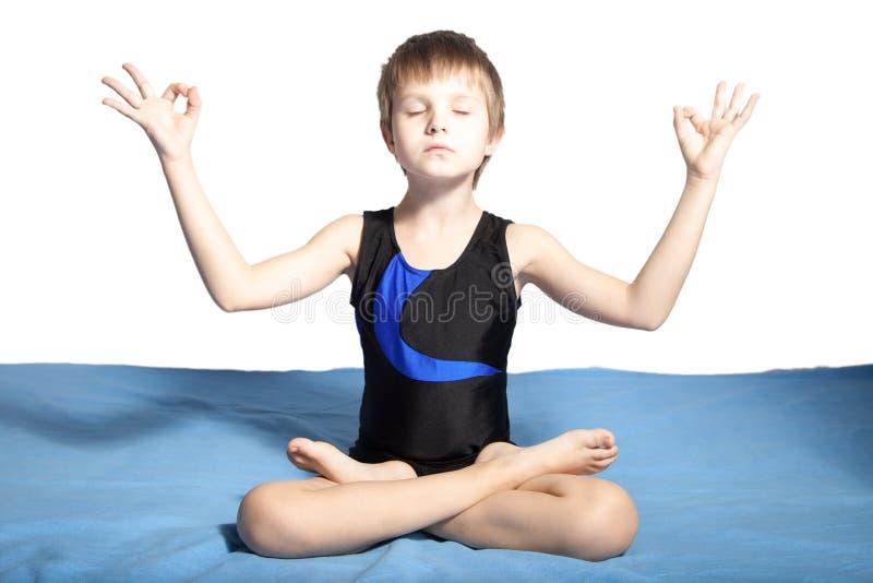 Młoda chłopiec ćwiczy joga obraz stock