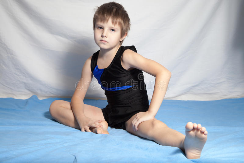 Młoda chłopiec ćwiczy joga zdjęcie royalty free