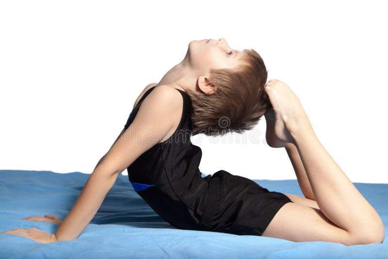 Młoda chłopiec ćwiczy joga zdjęcia stock