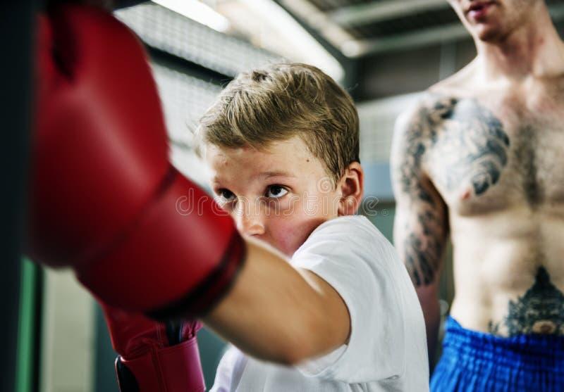 Młoda chłopiec aspiruje zostać bokserem obraz stock