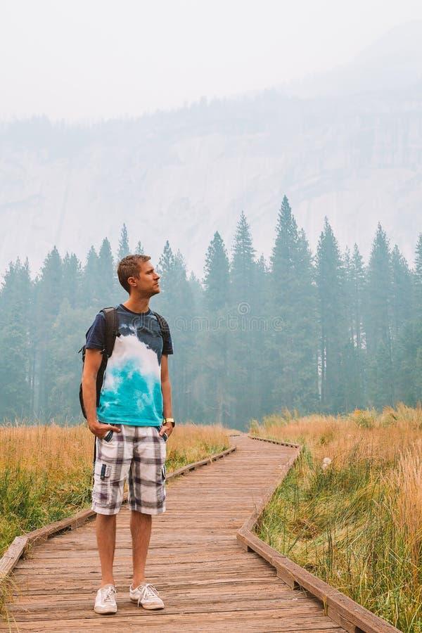 Młoda chłopiec bada i wycieczkuje przy Yosemite parkiem narodowym zdjęcie royalty free