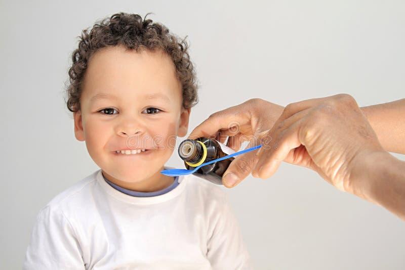 Młoda chłopiec bierze medycynę obrazy royalty free