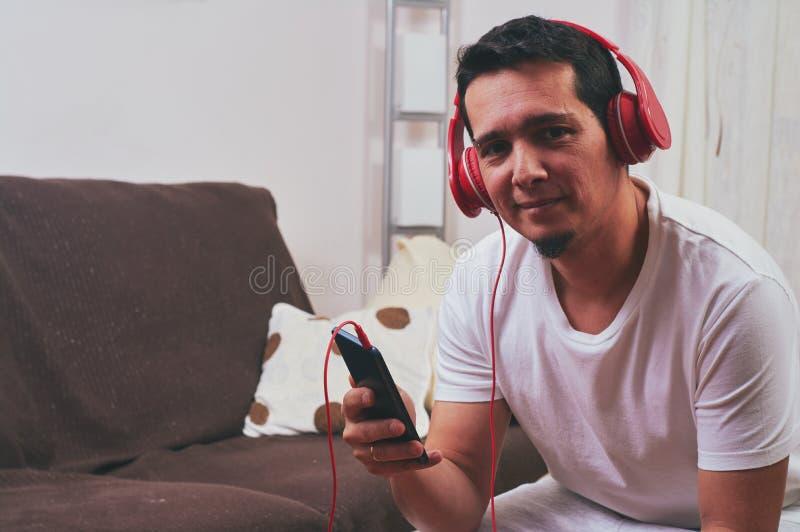 Młoda chłopiec cieszy się słuchanie muzyka zdjęcie royalty free