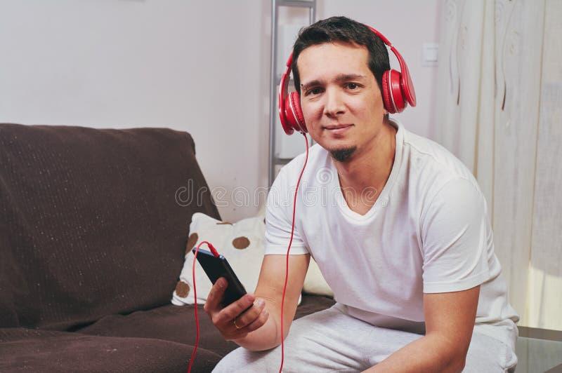 Młoda chłopiec cieszy się słuchanie muzyka fotografia stock