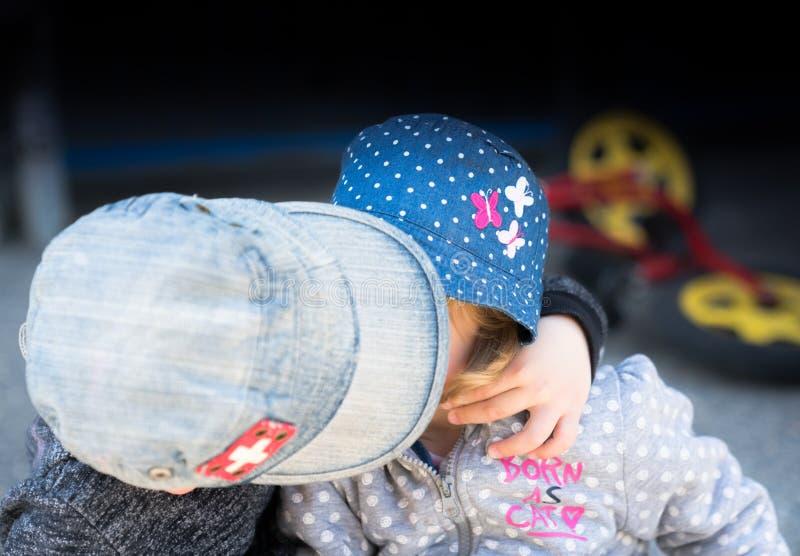 Młoda chłopiec daje młodej dziewczynie buziakowi na policzku obrazy stock