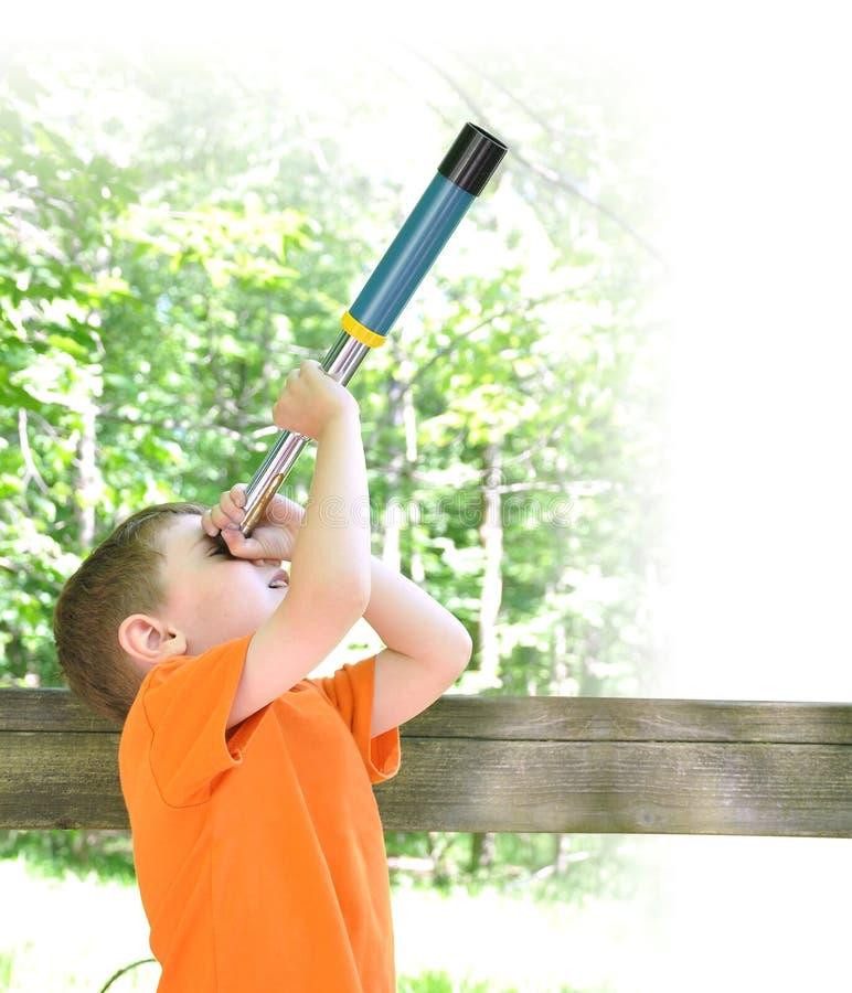 Chłopiec Rekonesansowa natura w drewnach zdjęcia royalty free