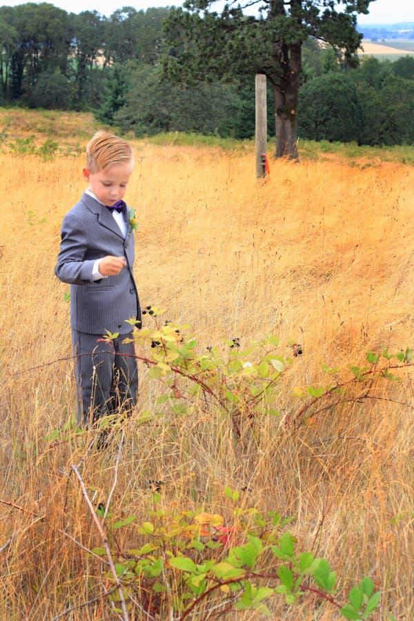 Młoda chłopiec jest ubranym kostium w wysokiej trawie obraz stock