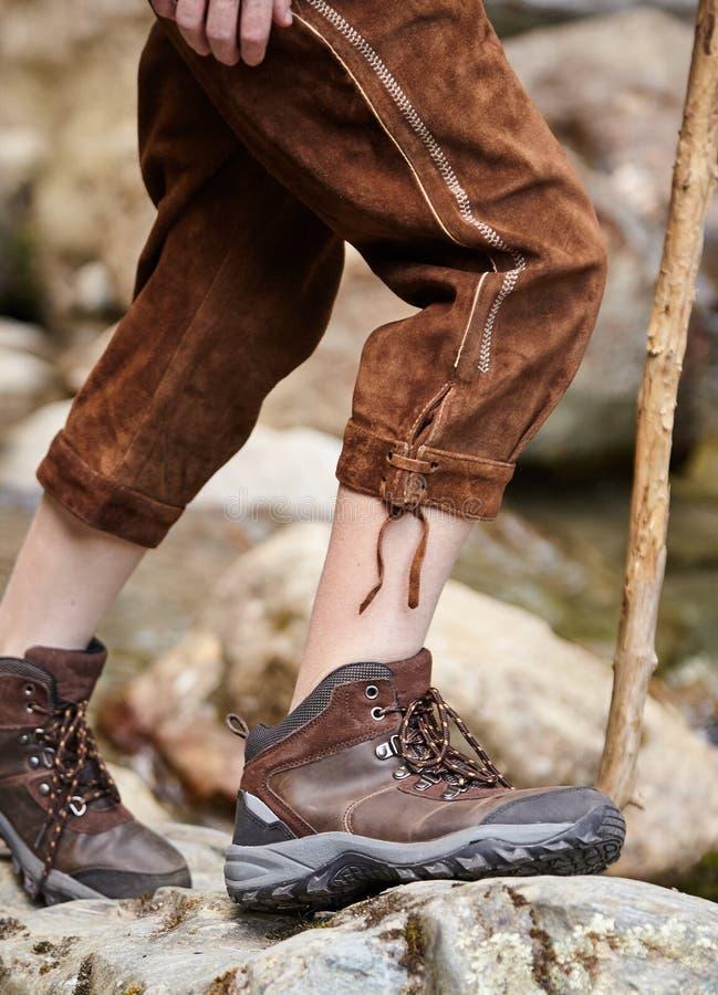 Młoda chłopiec jest ubranym lederhosen i wycieczkuje buty fotografia royalty free