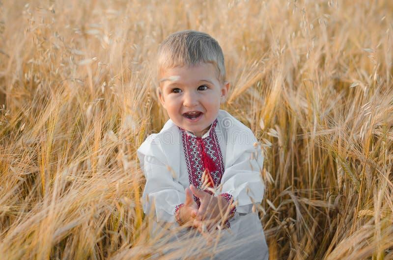 Młoda chłopiec jest ubranym tradycyjnego Ukraine odziewa w banatce zdjęcie stock