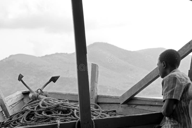 Młoda chłopiec na statku na jeziorze wiktorii Tanganyika obraz stock