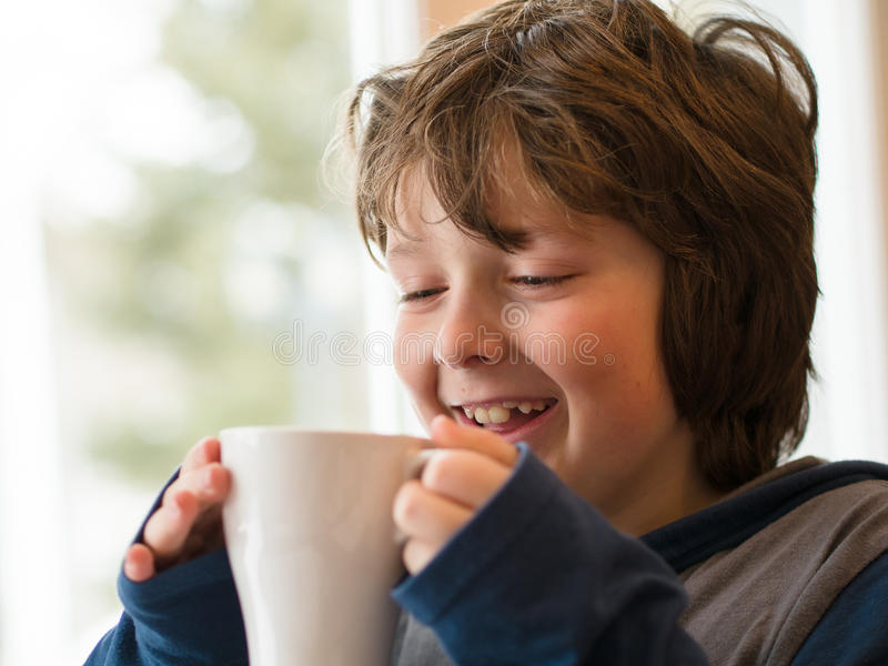 Chłopiec pije gorącą czekoladę obraz royalty free