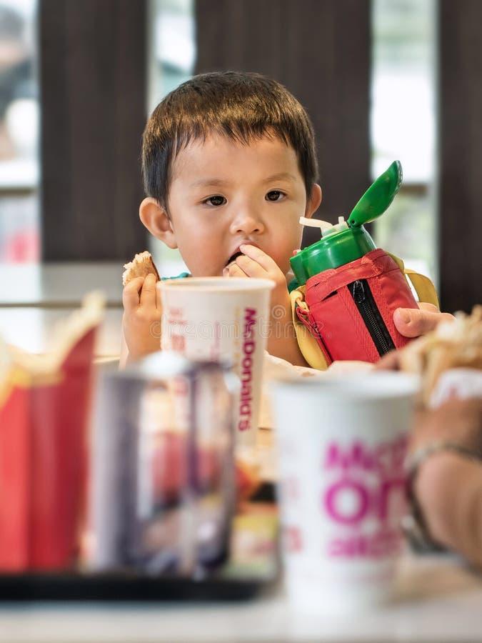 Młoda chłopiec przy MacDonald, Pekin, Chiny fotografia stock
