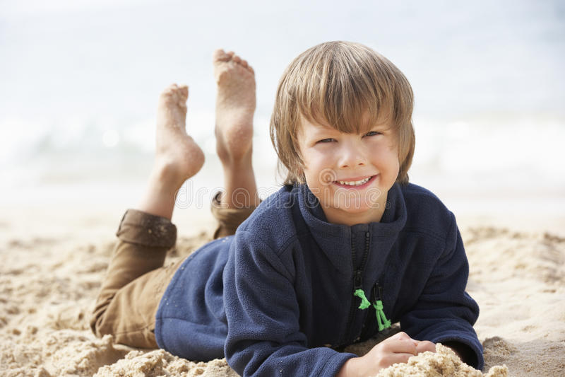 Młoda chłopiec Relaksuje Na plaży obrazy royalty free