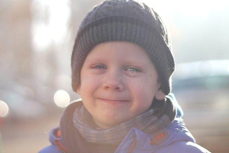 Młoda chłopiec szczęśliwa jest Kciuk kciuk i uśmiechnięty zdjęcie stock