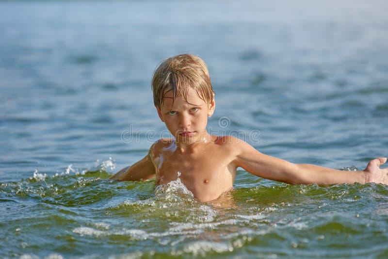 Młoda chłopiec w jeziorze zdjęcia royalty free