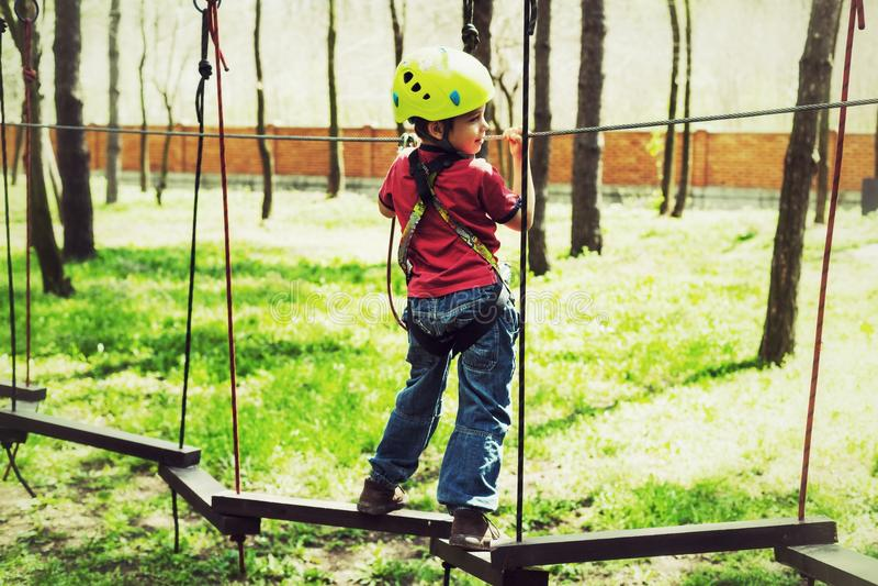 Młoda chłopiec w linowym parku zdjęcia stock