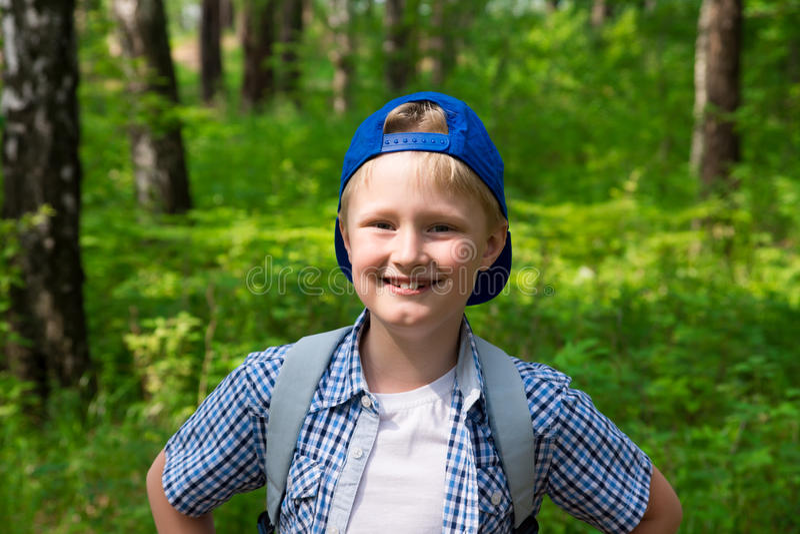 Młoda chłopiec wycieczkuje w lesie obraz stock