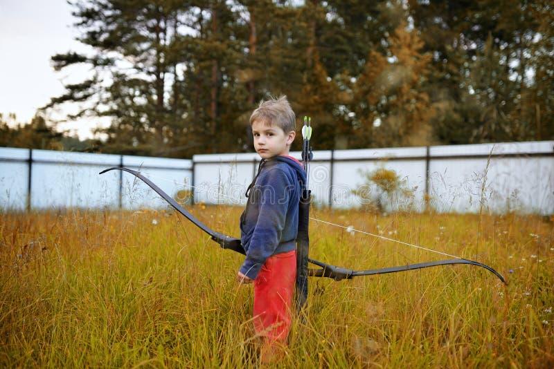 Młoda chłopiec z łękiem jak myśliwy fotografia royalty free