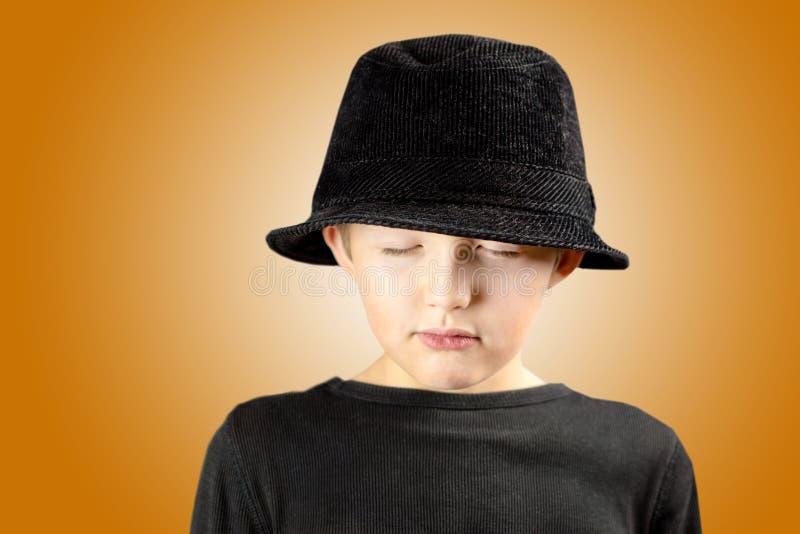 Młoda chłopiec z bardzo spokojnym, medytować i skupiającym się wyrażeniem h, zdjęcie stock