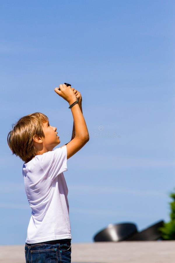 Młoda chłopiec z cyfrową kamerą bierze obrazki plenerowych zdjęcie stock