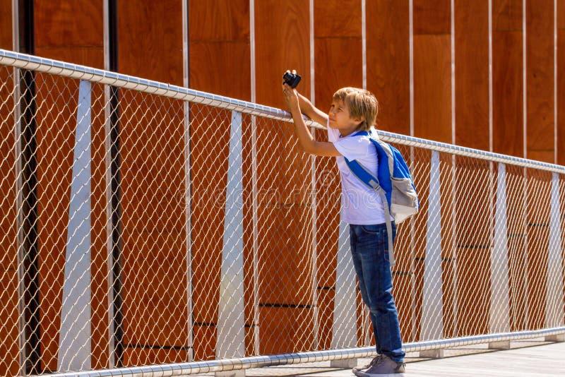 Młoda chłopiec z cyfrową kamerą bierze obrazki plenerowych obraz royalty free