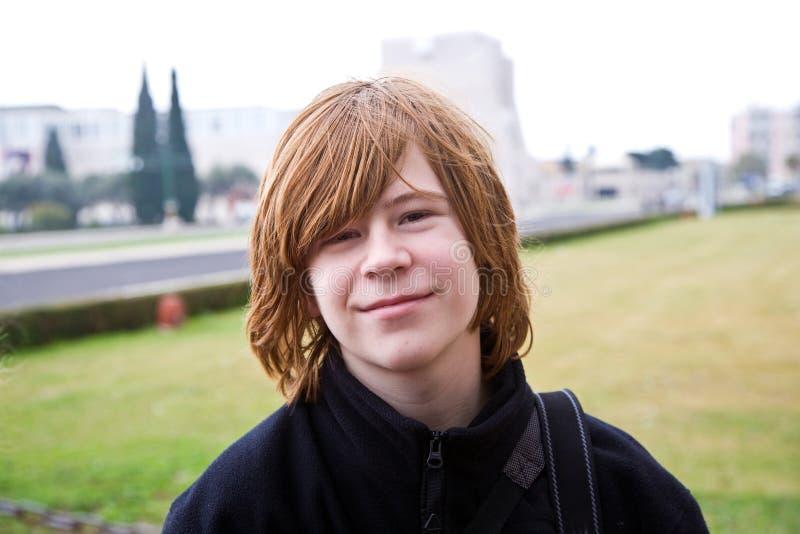 Młoda chłopiec z czerwonym włosy jest uśmiechnięta zdjęcie royalty free