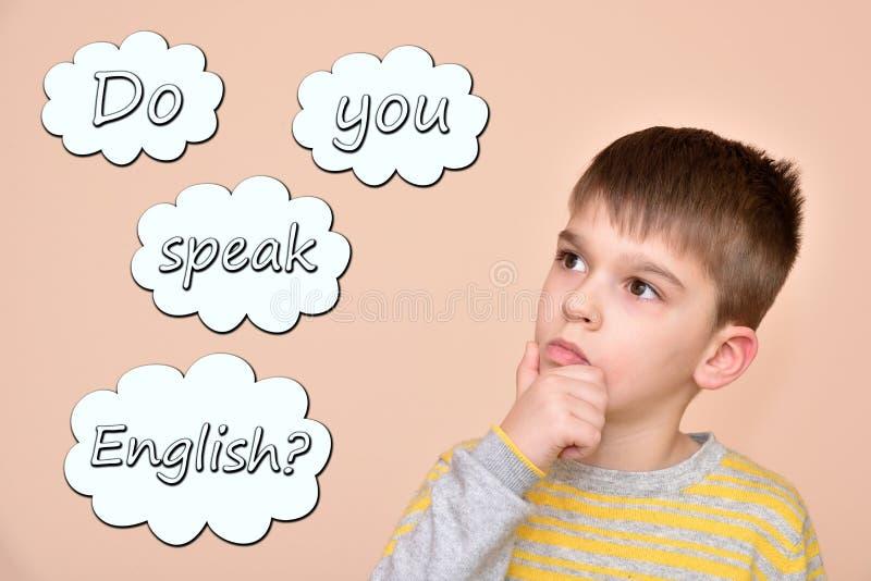 Młoda chłopiec z tekstem ty mówisz angielszczyzny w myśl bąblach zdjęcie stock