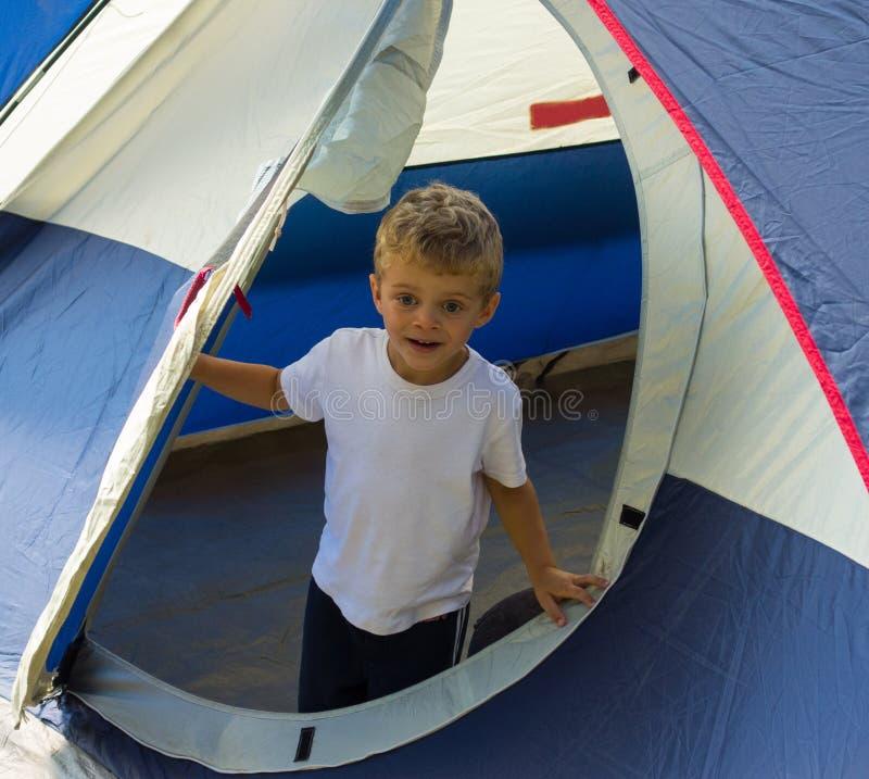 Młoda chłopiec zadawalał z erekcją rodzinny namiot w lecie zdjęcia royalty free