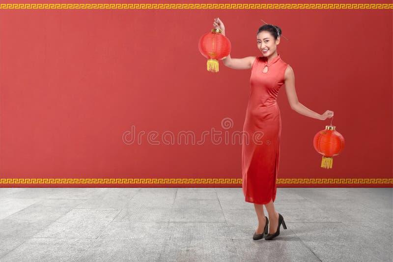 Młoda chińska kobieta w tradycyjnym ubraniowym mienie czerwieni lanter fotografia royalty free