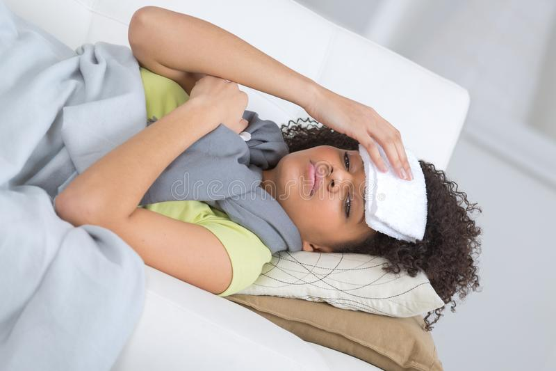 Młoda chora kobieta kłaść na kanapie obrazy royalty free