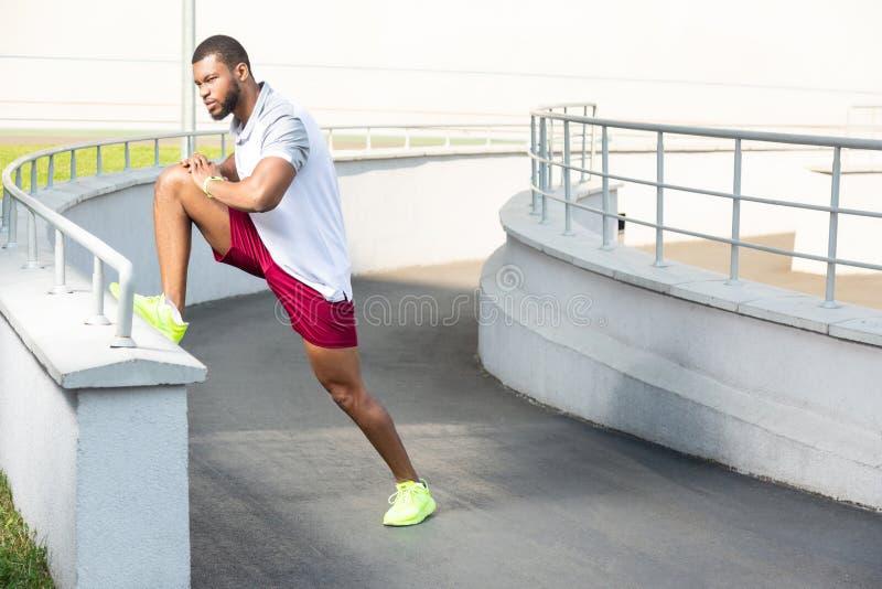 Młoda ciemnowłosa niepłonna męska atleta w lata sportswear zdjęcia stock